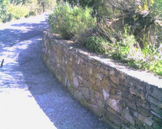 petit muret en pierre de bormes